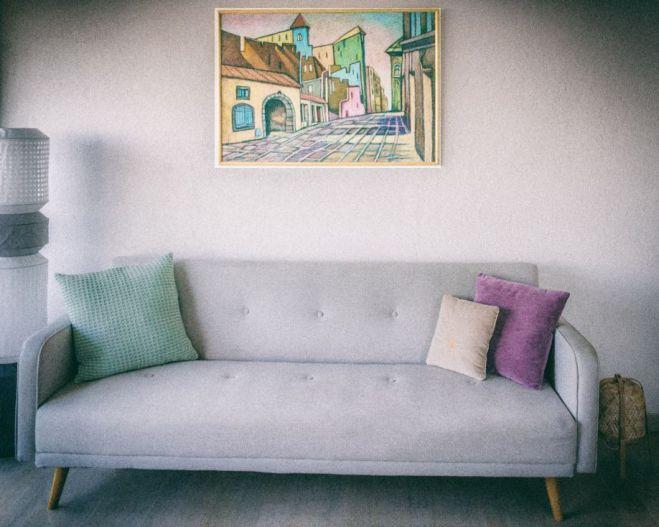 Goła ściana się kłania, czyli co nad sofą?